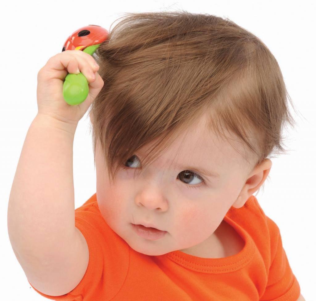 У грудничка выпадают волосы на голове: почему это бывает у новорожденных до года