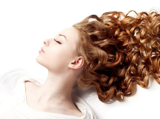 Все, что нужно знать об уходе за кудрявыми волосами