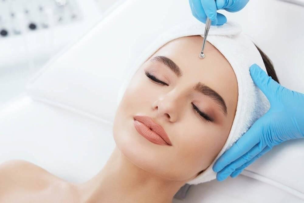 Механическая чистка лица: все плюсы и минусы процедуры