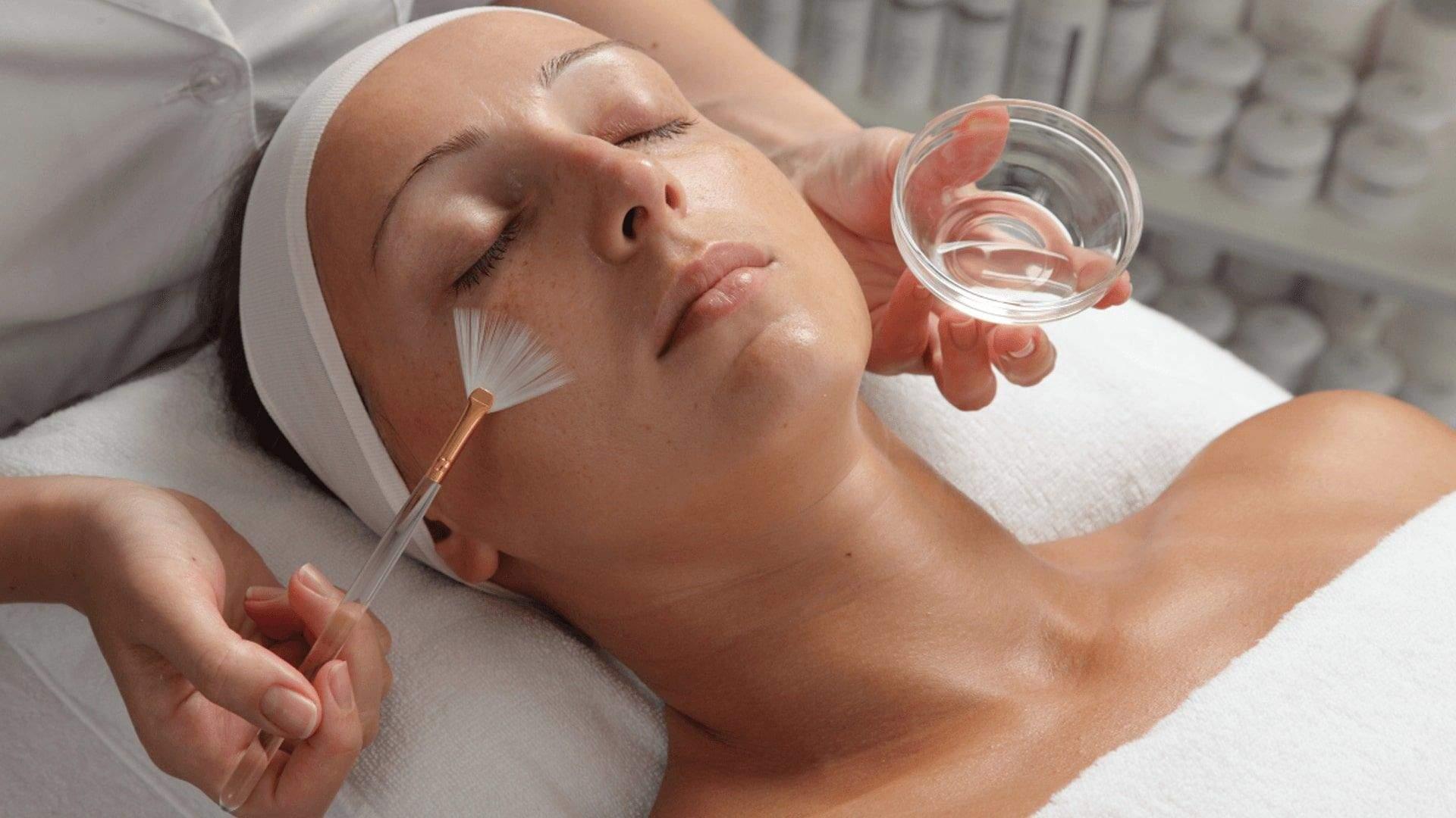 Полезна ли чистка лица у косметолога и чем: польза и вред